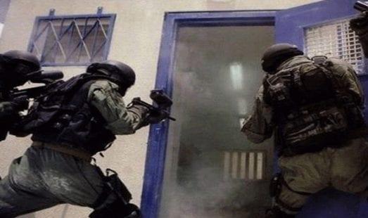 """قوات القمع تقتحم سجن """"عسقلان"""" وتجري عمليات تفتيش بغرف الأسرى"""