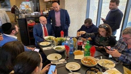هجوم بزجاجات حارقة على مطعم استضاف مسؤول وفلسطيني وصحافيين إسرائيليين