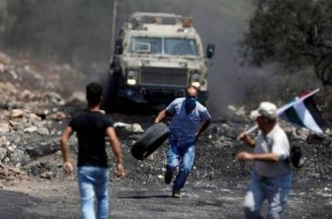 الخليل: إصابات بالاختناق بغاز الاحتلال ومستوطنون يعتدون على مواطنين
