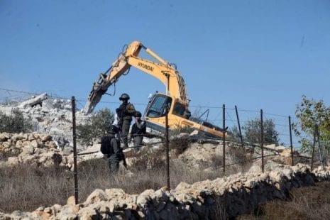 القدس: الاحتلال يجبر عائلة على هدم منازلها ويعتقل شاب وفتاة في باب العامود