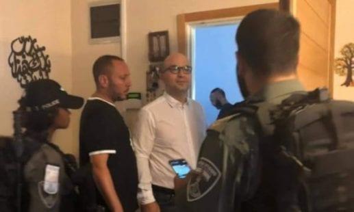 الاحتلال يجبر وزير شؤون القدس على ارتداء كمامة ملوثة بالدماء