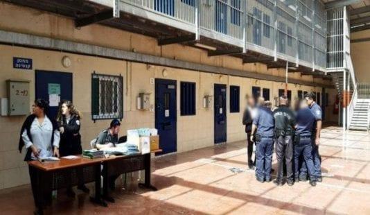 مصلحة سجون الاحتلال تزعم إحباط 300 محاولة هروب لأسرى فلسطينيين