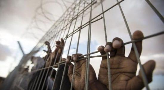 12 أسيراً فلسطينياً محتجزين داخل عيادة سجن الرملة بأوضاع صعبة
