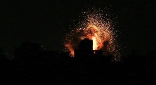 رداً على إطلاق صاروخ.. الاحتلال يستهدف مواقعاً بغزة فجر اليوم