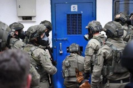 """سجن """"إيشل"""" يشهد توتراً شديداً عقب اعتداء الاحتلال على أسرى مضربين عن الطعام"""