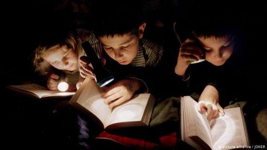 العين تتعرض لمخاطر أثناء العمل والقراءة في ظل الإضاءة الخافتة.. ما هي؟ وكيف نتفاداها؟