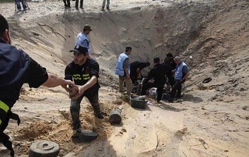 دير البلح : هندسة المتفجرات تتعامل مع قذيفة هاون من مخلفات الاحتلال