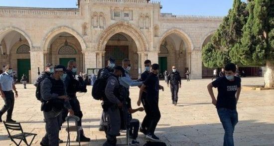 القدس: الاحتلال يعتقل مواطنين ويهدم حضانة.. ومستوطنون يقتحمون الأقصى