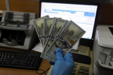اقتصاديون لمصدر: صرف المنحة القطرية بالشيكل يفقد غزة الدولار ويشل الاستيراد