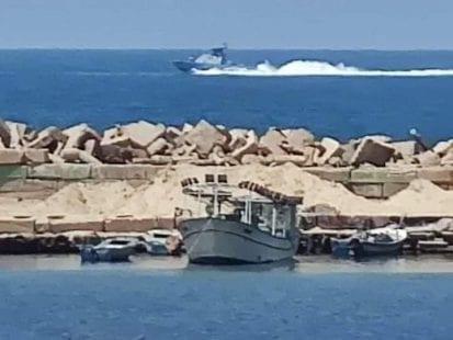 """صورة توثق اقتراب زورق حربي """"إسرائيلي"""" مقابل ميناء غزة، خلال ملاحقة مركب صيد فلسطيني."""