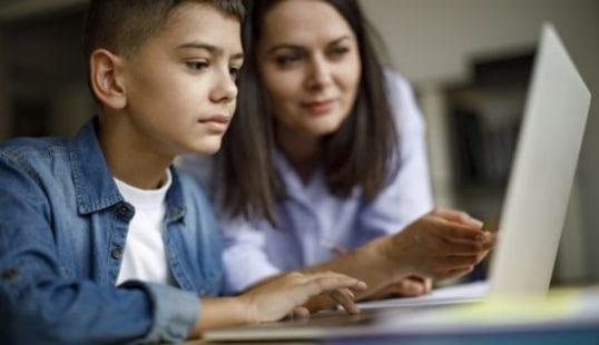 """مع """"التعليم عن بعد"""".. 5 نصائح للآباء لزيادة إنجاز أبناءهم"""
