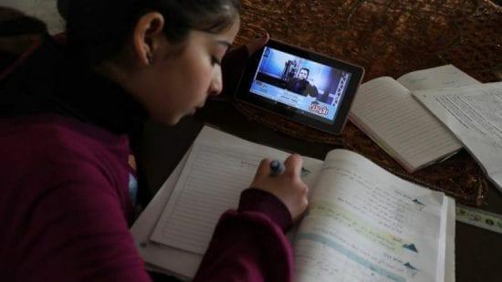 """غزة ..  """"التعليم عن بعد"""" الأمهات في ورطة والمعلمون أمام تحديات كبيرة"""