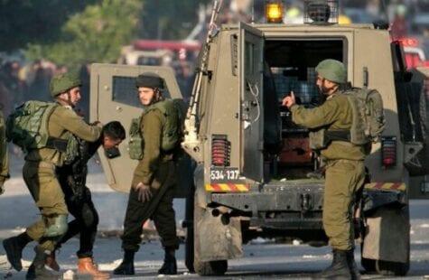 الاحتلال يعتقل مواطناً ونجليه من يطا وآخر من الخليل