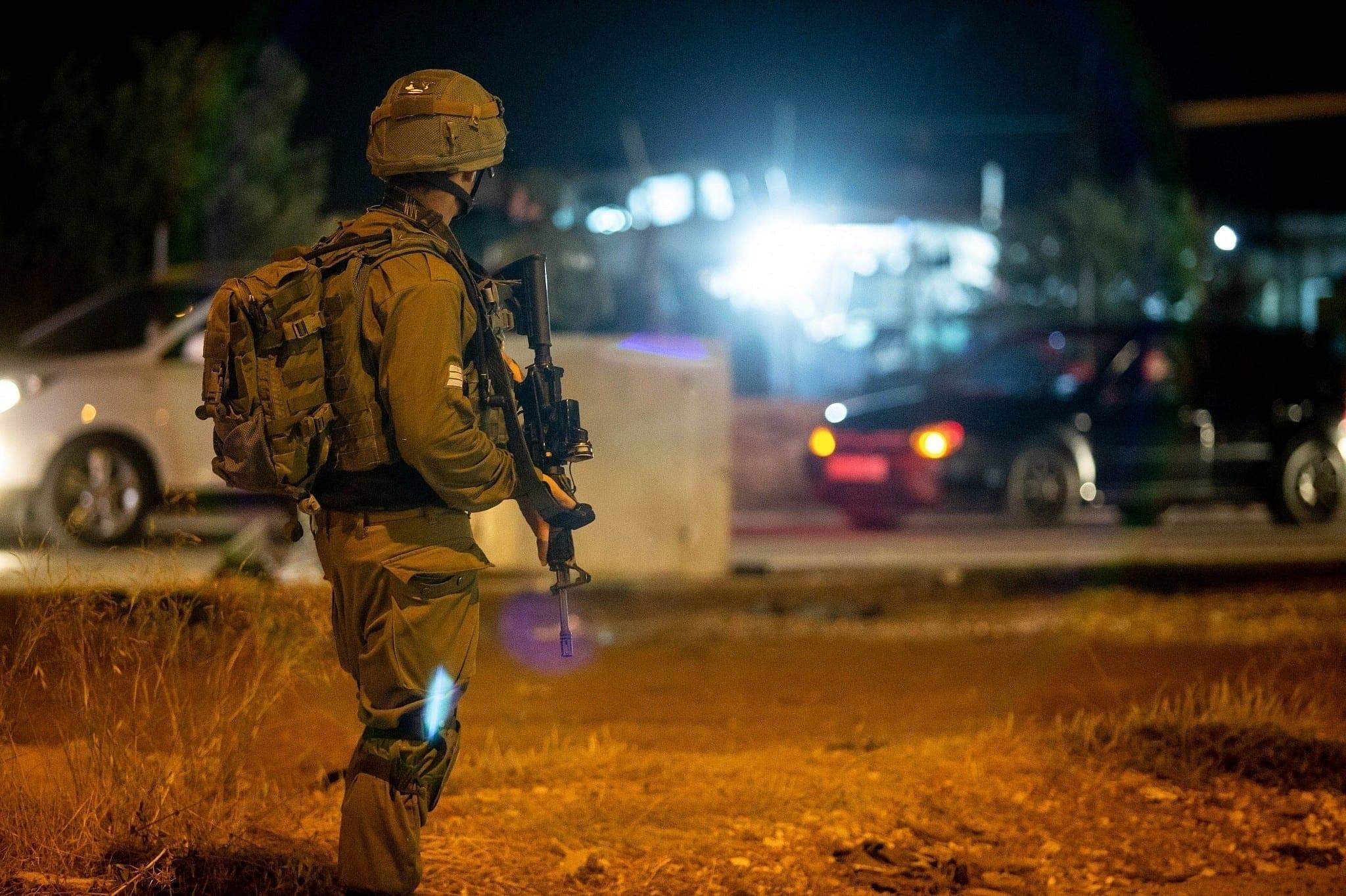 قوات الاحتلال تعتقل 20 مواطناً من الضفة والقدس