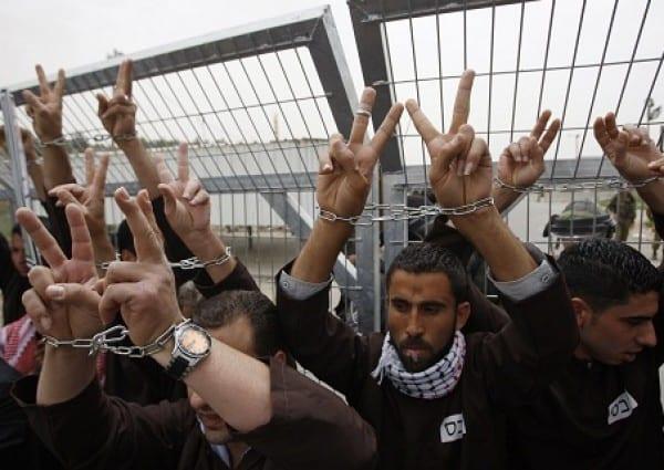 """""""نواجه محرقة نازية جديدة"""".. مناشدة من الأسرى في السجون لأبناء شعبهم"""
