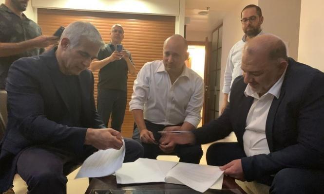 الائتلاف الحكومي الجديد..منصور عباس وليبرمان يوقعان الاتفاق
