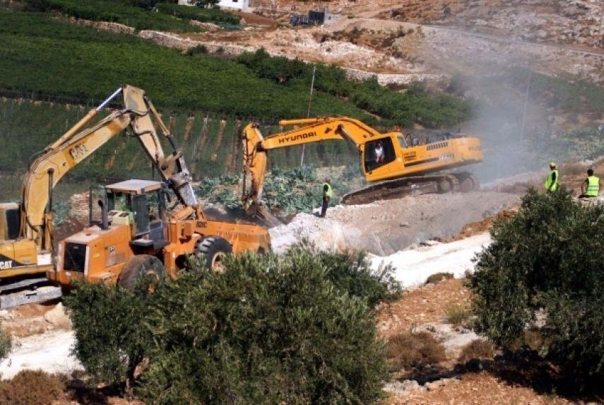 نابلس: الاحتلال يجرف أراضٍ زراعية في قصرة ويقمع مسيرة ضد الاستيطان في بيتا