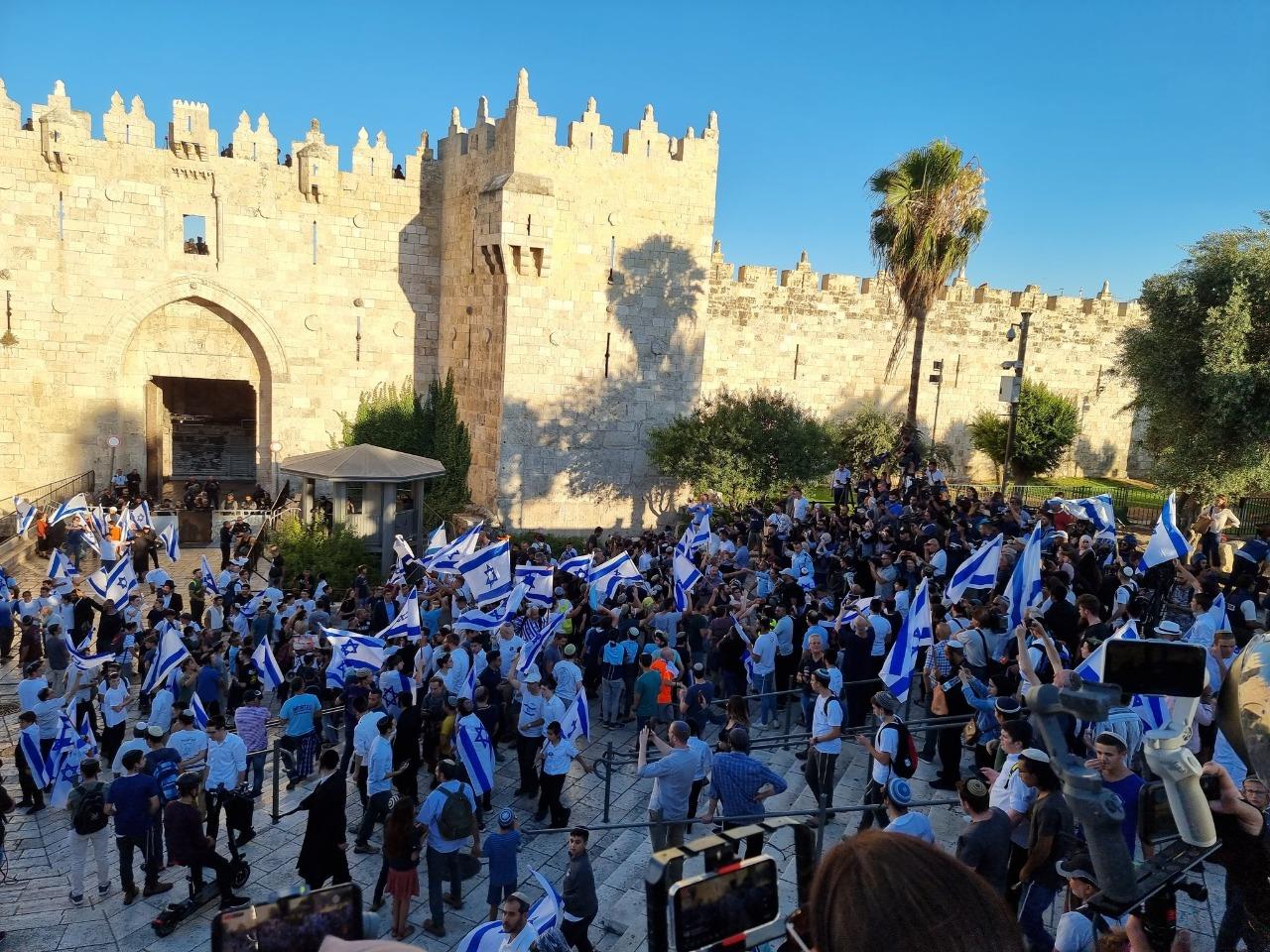 انتهاء مسيرة الأعلام وانسحاب قوات الاحتلال والمستوطنين من منطقة باب العامود