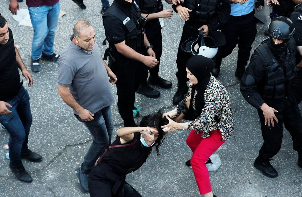 اعتقال السلطة حقوقيين وصحفيين