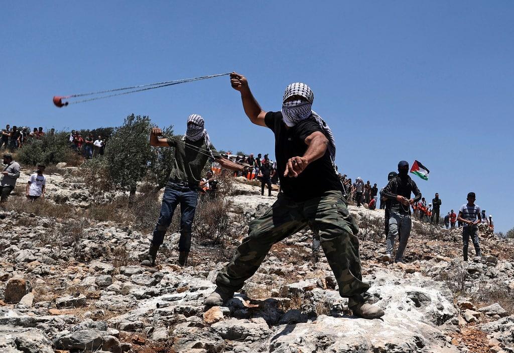 الخليل: إصابات في مواجهات مع الاحتلال وسط المدينة واعتقال شاب بمسافر يطا