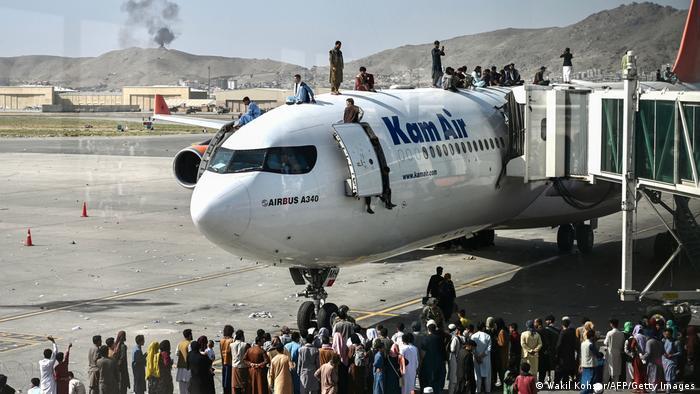 """أفغانستان: طالبان تحتفل بـ""""النصر"""" بعد انتهاء حرب 20 عاماً مع أمريكا"""