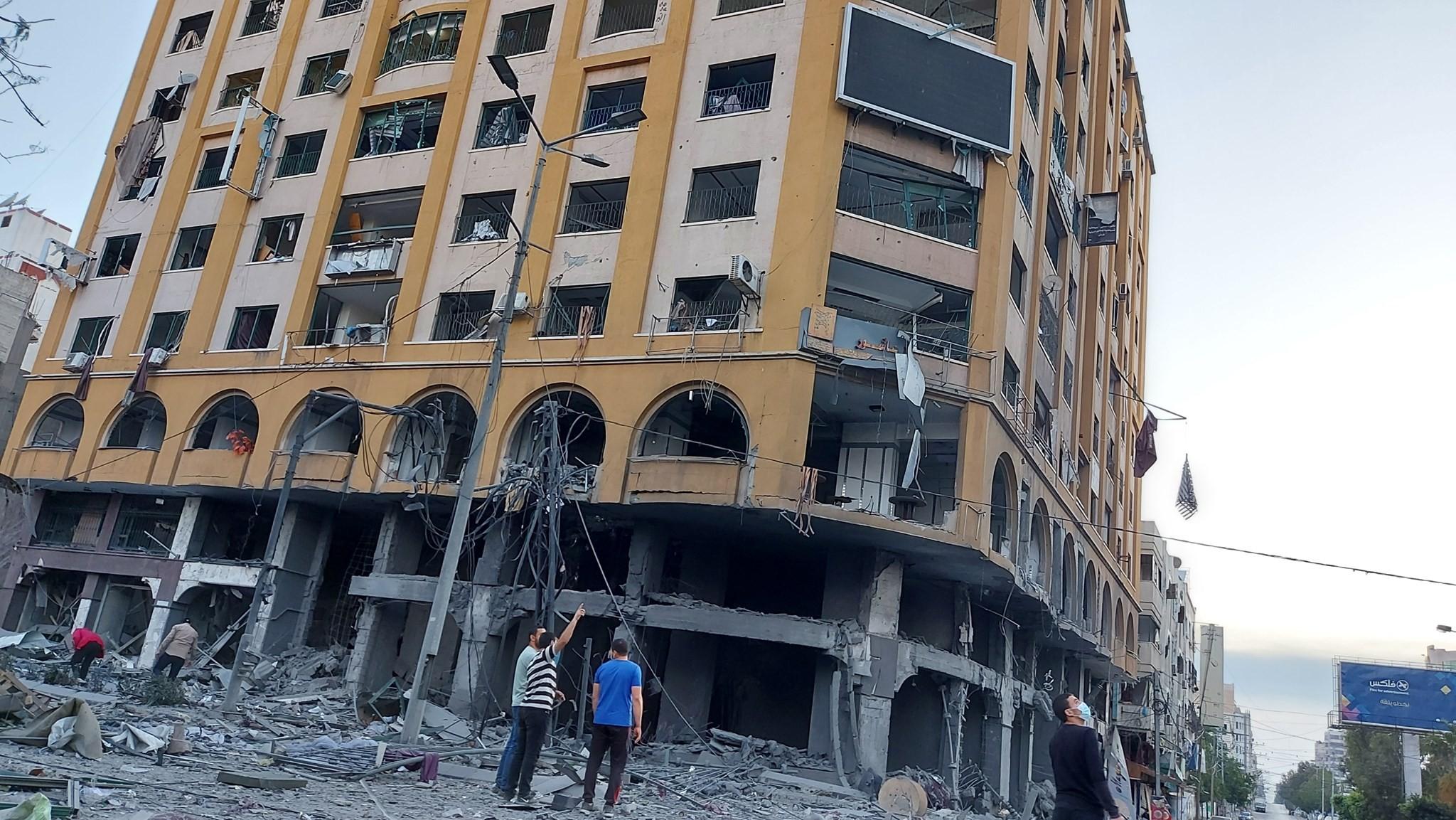 شركة سعد للمقاولات تبدأ بإزالة برج الجوهرة بغزة