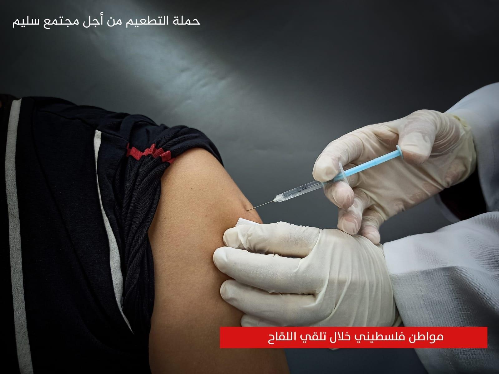 وفق إجراءات عالمية.. مراحل حفظ لقاح كورونا بغزة (صور)