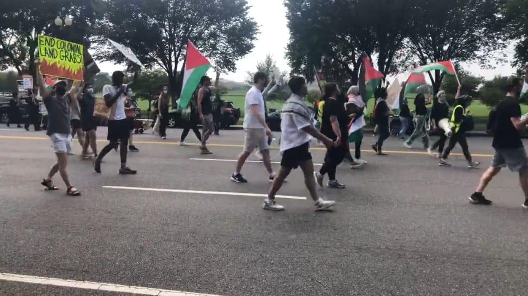 300 متظاهر في واشنطن يرفضون لقاء بينت ببايدن