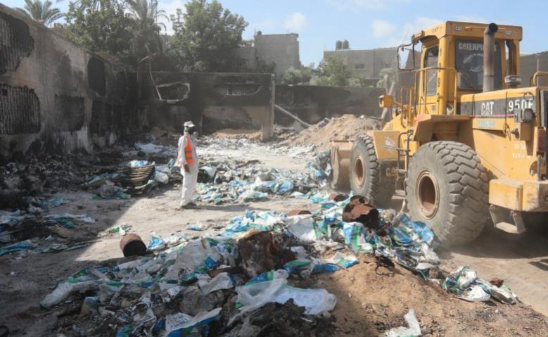 الشروع بإزالة المواد الخطرة من مستودعات شركات خضير شمال غزة