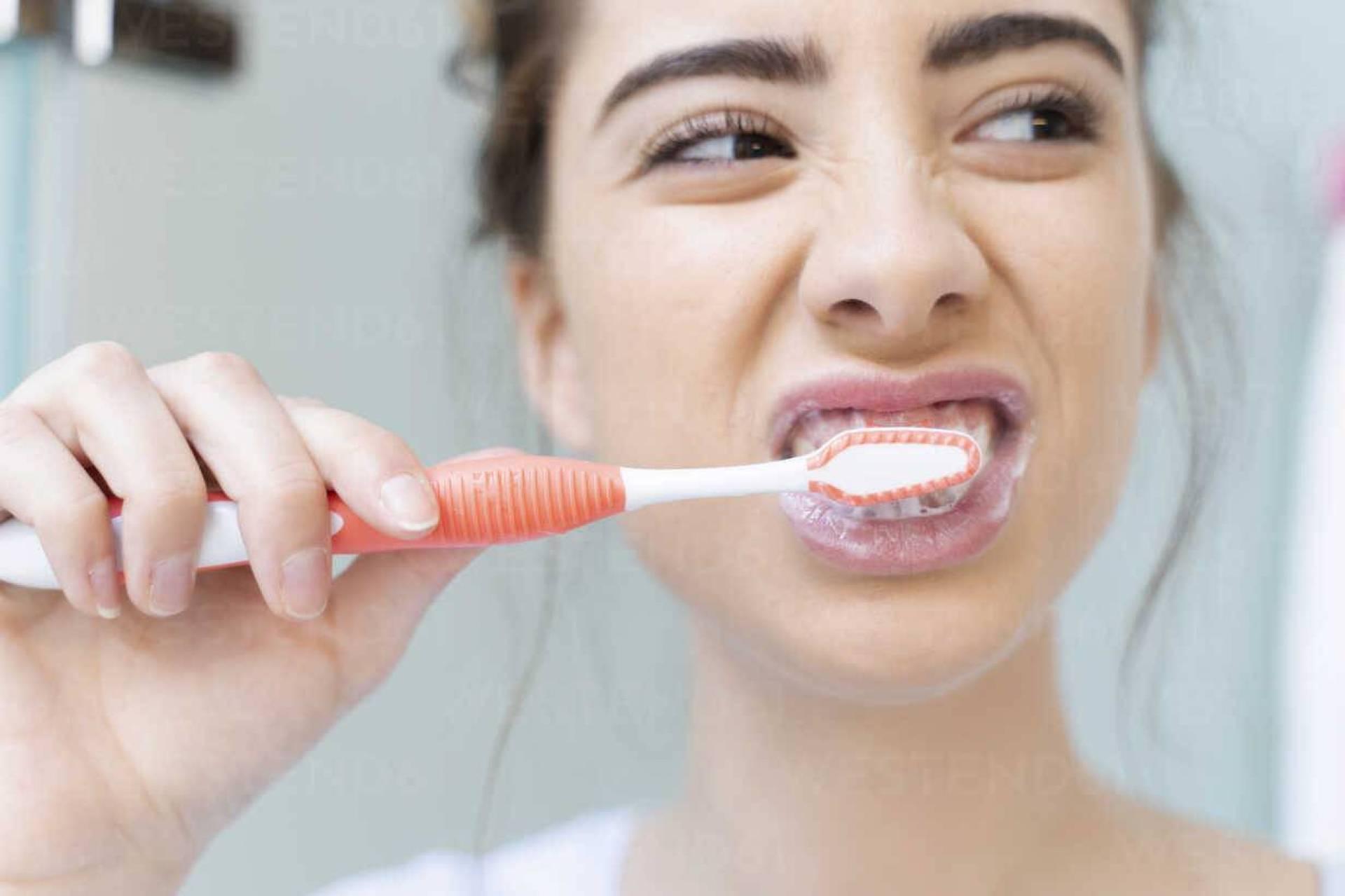 """احذر هذا الوقت خطير لـ """"تنظيف الأسنان"""".. طبيب أسنان شهير يوضح"""
