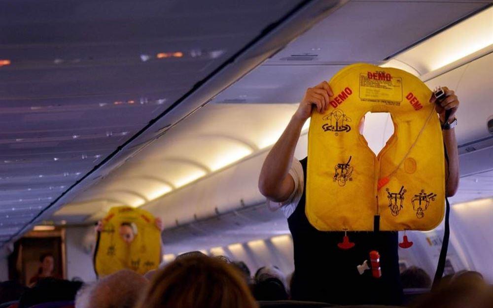 تحذير للمسافرين بعدم فتح سترة النجاة على متن الطائرة والسبب؟