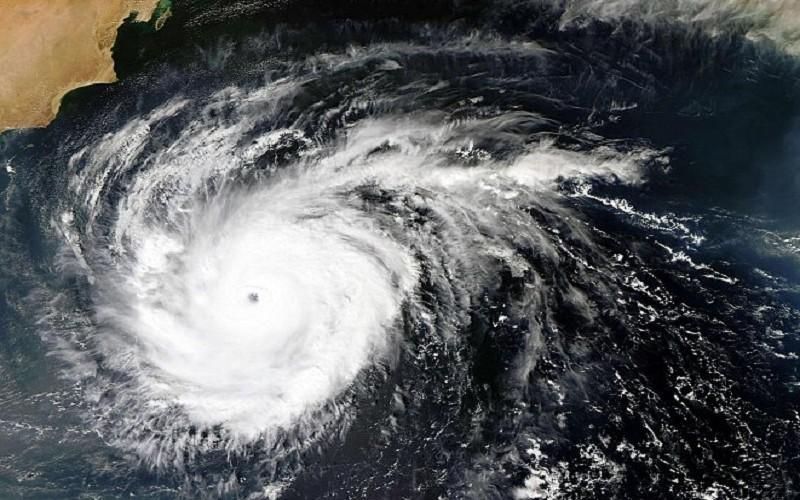 إعصار لاي يبدأ بالتحول إلى الفئة الثانية في الولايات المتحدة